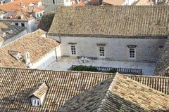 老镇的看法杜布罗夫尼克(一个小的露台) 免版税库存图片