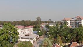 老镇的顶视图有房子红色橙色瓦屋顶的  通过一个私有房子的窗口的飞行 pattaya泰国 股票录像