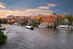 老镇码头建筑学的日落的风景夏天全景在琥珀,巴伐利亚,德国 免版税库存照片