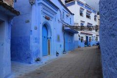 老镇舍夫沙万,摩洛哥,蓝色建筑学大厦胡同 免版税库存图片