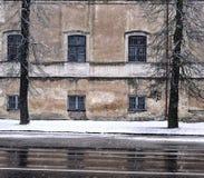 老镇街道在一多雪的天 免版税库存图片