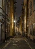 老镇街道在晚上,斯德哥尔摩,瑞典。 免版税库存图片