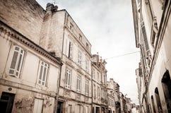 老镇街道视图在红葡萄酒城市 免版税库存图片