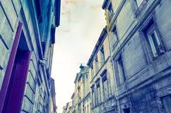 老镇街道视图在红葡萄酒城市 库存照片