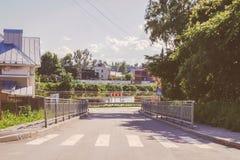 老镇街道路和一条河夏天vologda的,俄罗斯 免版税图库摄影