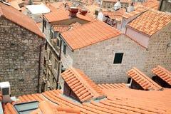 老镇铺磁砖的屋顶  免版税库存照片