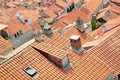 老镇铺磁砖的屋顶  库存照片