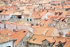 老镇铺磁砖的屋顶  免版税图库摄影