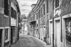 老镇静街道在海边镇 免版税库存照片