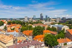 老镇风景夏天视图从St Stanislaus和St弗拉迪斯拉夫大教堂大教堂钟楼的  维尔纽斯 免版税库存图片