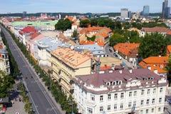 老镇风景夏天视图从St Stanislaus和St弗拉迪斯拉夫大教堂大教堂钟楼的  维尔纽斯 库存图片