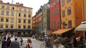 老镇,斯德哥尔摩,瑞典-走在STORTORGET的人们 股票录像