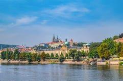 老镇建筑学的风景全景与伏尔塔瓦河河和StVitus大教堂的在布拉格,捷克 图库摄影