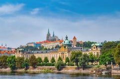 老镇建筑学的风景全景与伏尔塔瓦河河和StVitus大教堂的在布拉格,捷克 免版税库存照片