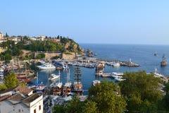 老镇Antalia视图、老镇屋顶和海湾 库存图片