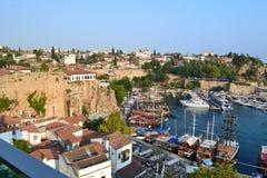 老镇Antalia视图、老镇屋顶和海湾 免版税库存图片
