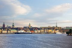 老镇Gamla斯坦的斯德哥尔摩,瑞典,海视图 免版税库存照片