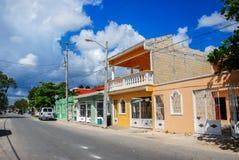 老镇Tulum空的街道在墨西哥 免版税库存图片