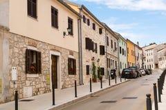 老镇Vrsar的离开的狭窄的街道在克罗地亚 库存照片