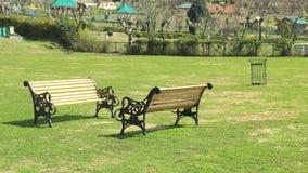 老长凳在公园。 库存照片