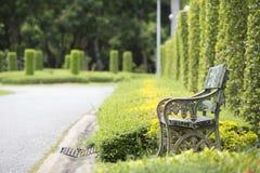 老长凳在公园 图库摄影