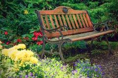 老长凳在庭院里 免版税库存图片