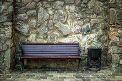 老长凳就座和砖墙 免版税库存图片