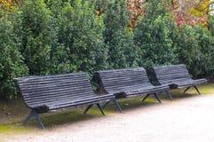 老长木凳在城市公园 免版税图库摄影