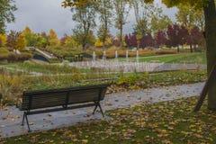 老长木凳在城市公园 图库摄影