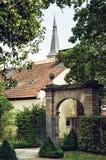 老门、红色教会屋顶和塔在施瓦巴赫市, Germa 免版税库存照片