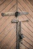 老门和挂锁 被设置的背景 免版税库存照片