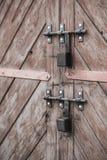 老门和挂锁 被设置的背景 免版税图库摄影