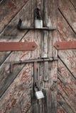 老门和挂锁 被设置的背景 免版税库存图片