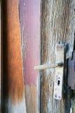 老门和搬把式门拉手遗骸与被风化的木盘区 免版税库存照片