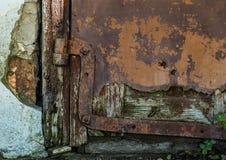 老门和生锈的铰链 免版税库存照片