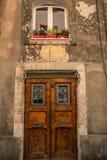 老门和窗口在卡利亚里,撒丁岛 免版税库存图片