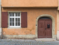 老门和窗口在古典老墙壁上在欧洲 免版税库存照片
