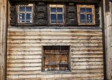 老门和窗口在村庄房子的木墙壁上 非常好的背景 免版税库存照片