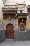 老门和窗口在Fes,摩洛哥 免版税库存图片