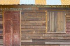 老门在一个老房子里在泰国 免版税图库摄影