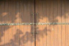 老门在一个老房子里在泰国 库存图片