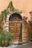 老门在托斯卡纳镇,意大利 免版税库存照片