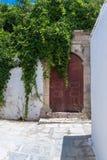 老门在Lindos镇 罗得岛希腊海岛  欧洲 库存照片