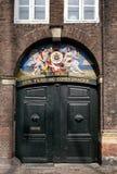 老门在Nyhavn在哥本哈根港口,丹麦 免版税图库摄影