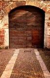 老门道入口外在看法在意大利farrmhouse的 免版税库存照片