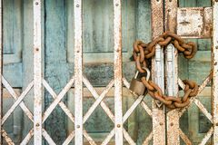 老门锁与钥匙 库存照片