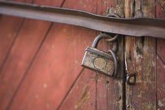 老门锁了与挂锁垂悬的托架 被设置的背景 图库摄影