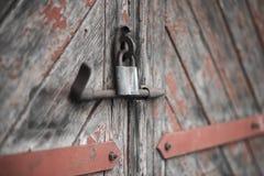 老门锁了与挂锁垂悬的托架 被设置的背景 免版税库存图片