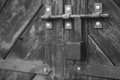 老门锁了与挂锁垂悬的托架 被设置的背景 免版税图库摄影