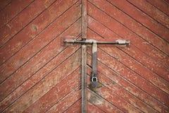 老门锁了与挂锁垂悬的托架 被设置的背景 免版税库存照片